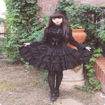 ▷ 1001 + Ideas for Sweet and Gothic Lolita Fashion black frilly dress, with a velvet corset detai