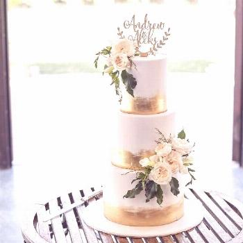 Obsessed with this cake a perfect balance of gold foil & florals @missladybirdcakes @jizellflowers